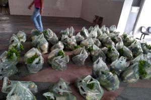 Famílias camponesas da Comunidade do Una, em Moreno, doam mais uma tonelada de alimentos na periferia do município
